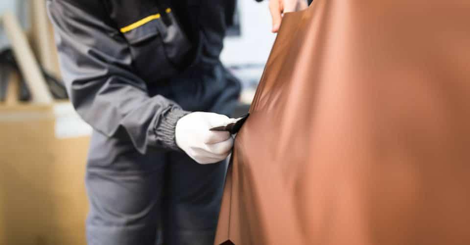 putting car wrap vinyl foil or film on car side